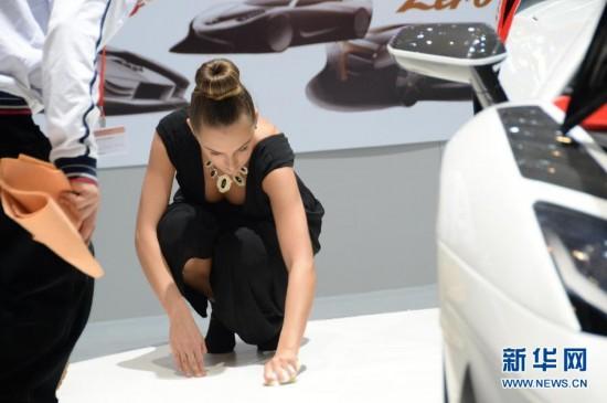 """(国际)(3)日内瓦车展:美女车模""""清洁工"""""""