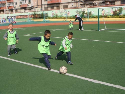 大连沙河口玉华小学的学生正在踢足球