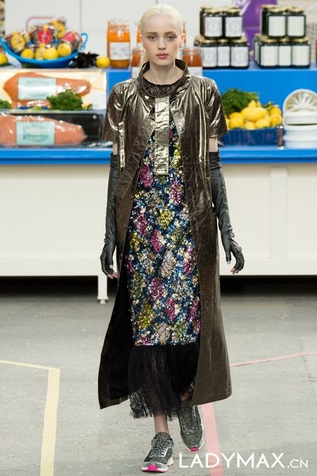 Chanel秀场变超级市场 模特背