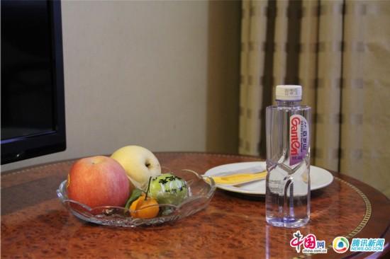 金蔚/委员的房间简单素朴,果盘里摆着几样常见的水果。中国网肖冰摄