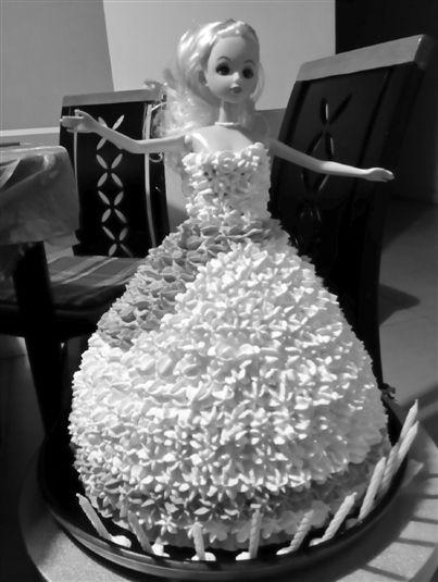 这位爸爸diy(自己手工制作)的蛋糕尤其高大上:一个立体版的芭比娃娃.