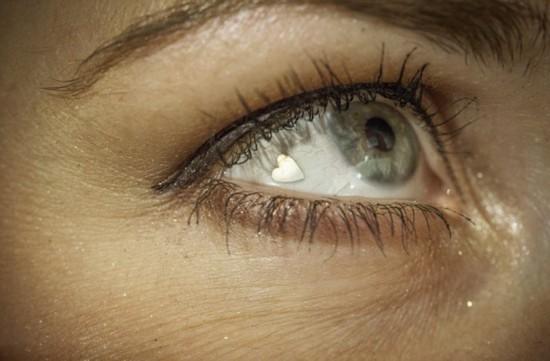 美女子眼睛嵌心形铂金片挑战极限