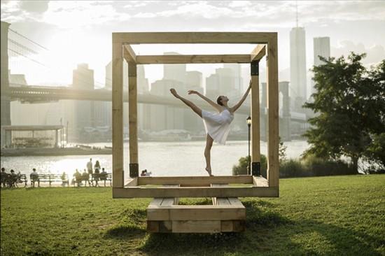 美摄影师拍舞台之外的芭蕾舞者