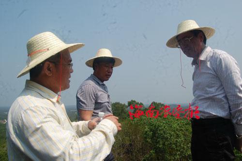 吕勇/图为吕勇(右一)在西达农场场长杨少雄(左一)的陪同下,在...