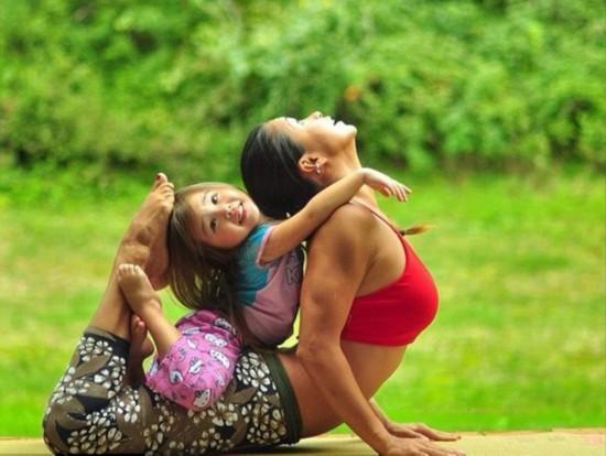 美国辣妈与女儿同练瑜伽温馨引追捧(组图)