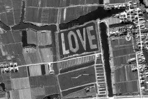 """从谷歌卫星地图上可以看到""""LOVE""""字符"""