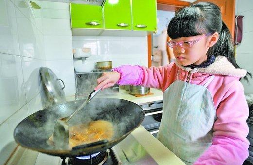 10岁厨艺达人 能够张罗一桌全家的饭菜