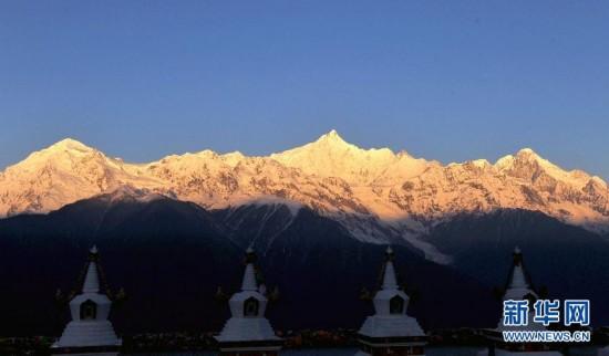 云南 金山/梅里雪山位于滇藏交界的云南省迪庆藏族自治州德钦县境内,是...