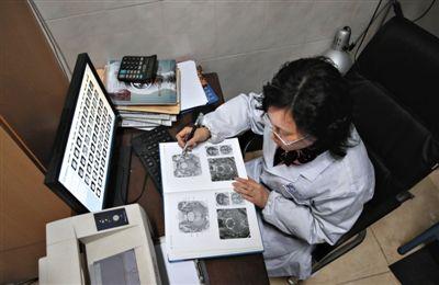 2月21日,绵阳市人民医院,兰越峰坐在CT室医生值班室自学。