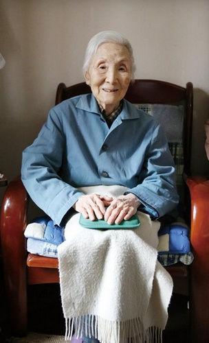 96岁高龄的李佩在家中接受采访