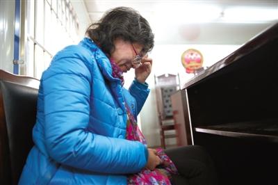 2月20日,绵阳市涪城区人民法院,兰越峰和其前夫的财产分割案开庭后,她独自在法庭里痛哭。