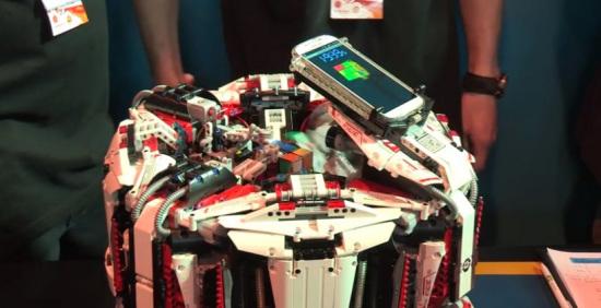 机器人施展魔术手3秒还原魔方打破世界纪录(图)