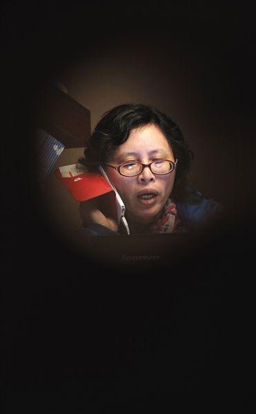 2月20日,兰越峰在家里接受媒体记者电话采访。
