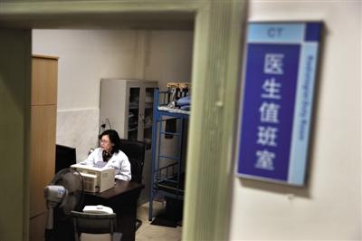 2月21日,绵阳市人民医院,兰越峰坐在CT室医生值班室看电脑。2014年后,兰越峰离开了走廊,坐到了CT室医生值班室。