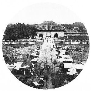 大清门是明清时北京皇城的正南门,位于天安门和正阳门之间,明代称大明门,清代改称大清门,至民国又改为中华门。此建筑现已不存在。