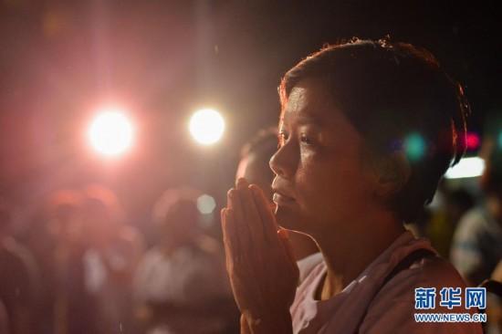 搜寻第10天:吉隆坡居民为马航失联客机祈祷