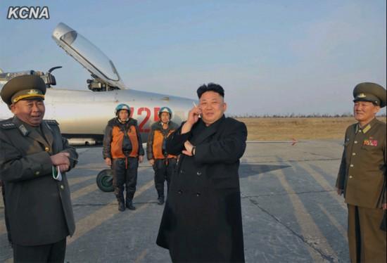 高清 金正恩连续视察朝鲜部队指导飞行射击训练图片