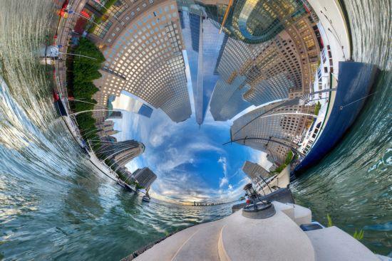摄影作品 摄影师/纽约摩天大楼建筑群在视觉错误下,好似从海上升起