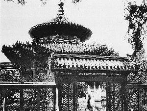 """千秋亭,位于紫禁城内北部御花园中。它的形制奇特,下层呈方形,四面出抱厦,上层为圆形,有""""天圆地方""""的象征,亭内有贴金雕龙,口衔宝珠,异常精美。如今亭子外的竹篱墙已没有了。"""