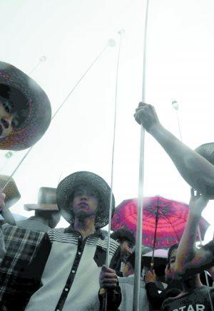 海南定安:军坡节看穿杖