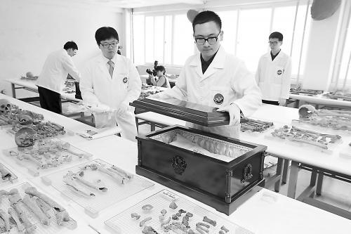 17日,在韩国京畿道坡州市,韩国工作人员正在整理中国军人遗骸。