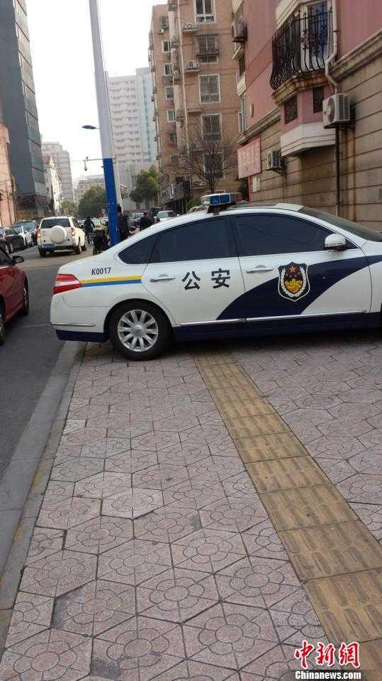 常州一警车占人行道多日警方称信息未入库正找车主