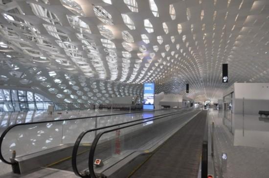 双层的蜂窝钢结构包裹着整座航站楼.