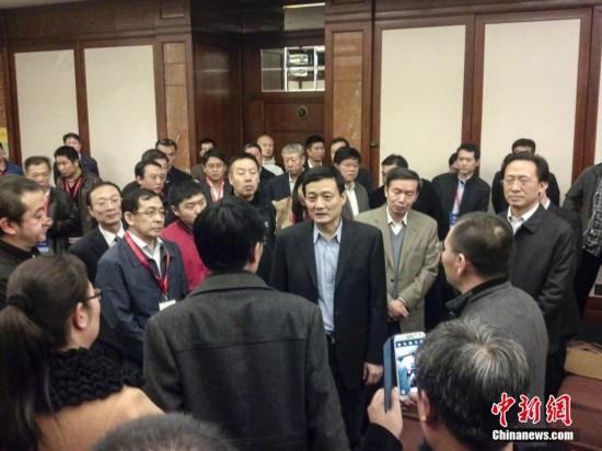 中国国务院副秘书长慰问失联航班乘客家属