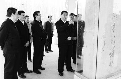 3月17日下午,习近平在黄河东坝头段,询问黄河防汛情况。 首席记者杜小伟摄影