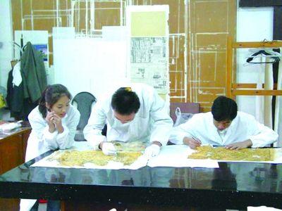 科技 西北大学/西北大学考古学系学生进行纸质文物修补实习
