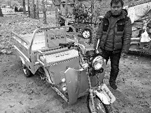 男子为北京卖花老人刮胡子 送其养子电动三轮车