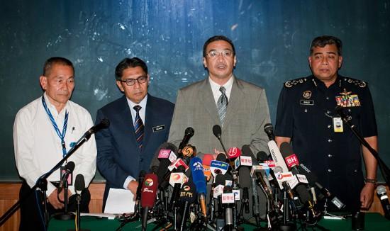 3月19日,在马来西亚吉隆坡国际机场附近的酒店,马来西亚航空公司执行总裁艾哈迈德・叶海亚、马来西亚民航局总监爱资哈尔丁、马来西亚代理交通部长希沙姆丁和马来西亚警察总长哈立德・阿布・巴卡尔(从左至右)出席新闻发布会。新华社记者何靖嘉摄