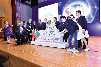 3月19日,中国首个器官捐献志愿者登记网站(www.savelife.org.cn)正式启动,器官捐献志愿者及家属、医生、国家主管官员、世卫组织官员等,以及宣传大使曾志伟参加开通仪式。邵沛 摄