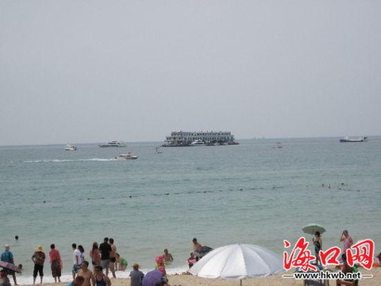 """从海滩上看去""""海上会所""""似一艘船"""