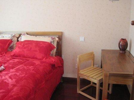 装修/壁纸是同一色系的小暗花,床也是纯实木的,柚木,床垫下面的...