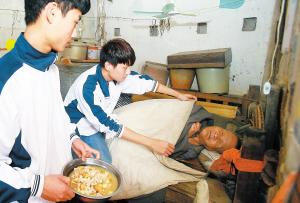 """澄迈二中高一学生18年接力照顾孤寡""""阿福爹"""""""