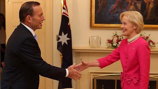 图:澳大利亚首位女总督卸任 总理阿博特送别