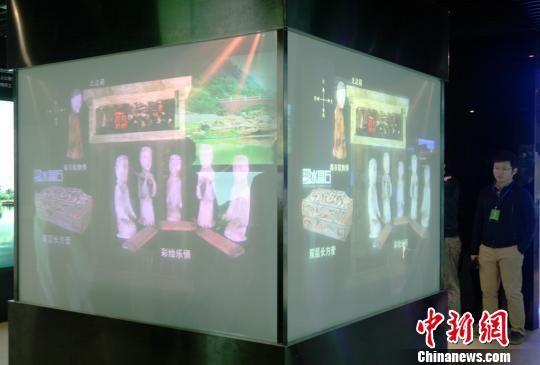 展览中引入的虚拟展示模型。 邓霞 摄