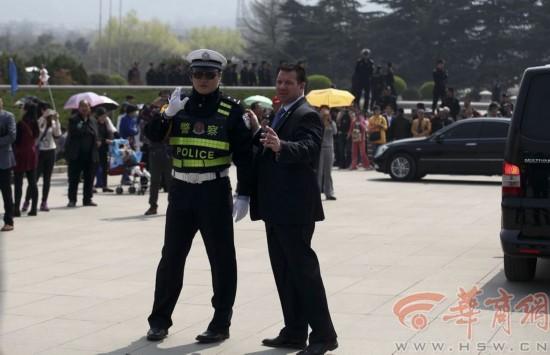 号馆门前,美方安保人员与中方人员交流,要求清场.本报记者  摄&