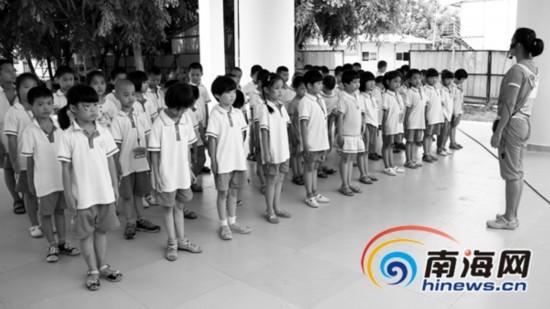 海南学生家长称校服质量不高 20年样式不变图片