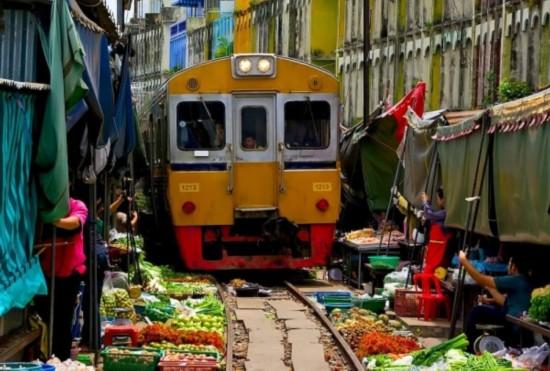 越南奇观:穿越闹市的铁路
