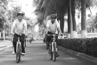 海口高二男生学习压力大 父亲陪其骑车游学