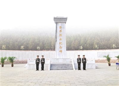 昨天,市民自发来到昌平烈士陵园祭扫摄影/本报记者李泽伟