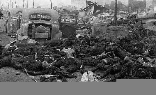 日本遭美军轰炸最真实现场照(组图)
