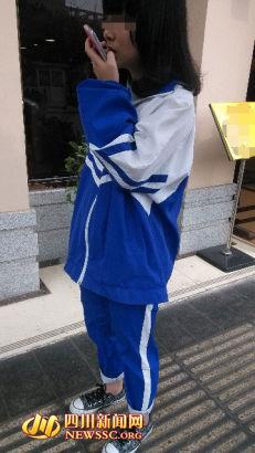 近日美国总统奥巴马夫人米歇尔到访北京时,一张中学生穿着宽松校服图片