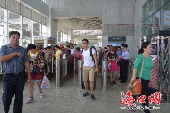 东环高铁车站检票存漏洞 游客:无票也能进站