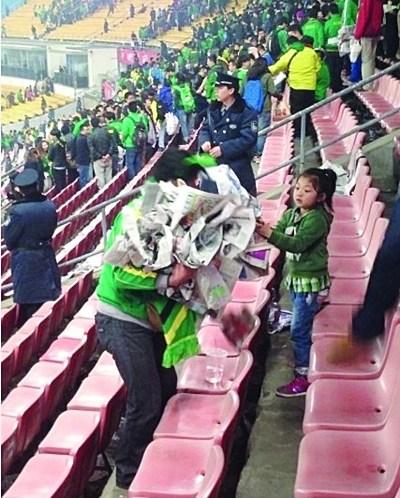 国安父女球迷捡垃圾爆红传递正能量将获奖两万