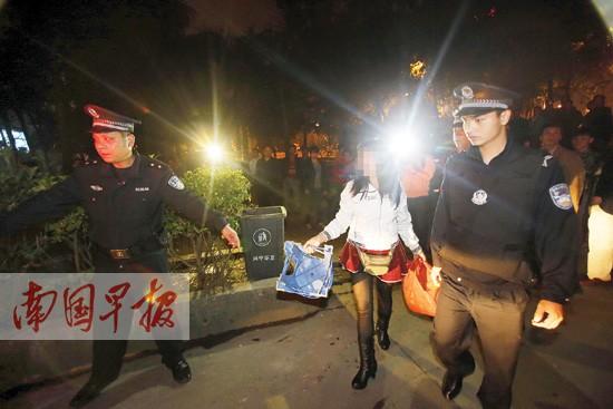 警方穿黑丝街边短裙擦鞋被女子带走(图)情趣哪些安全套有图片