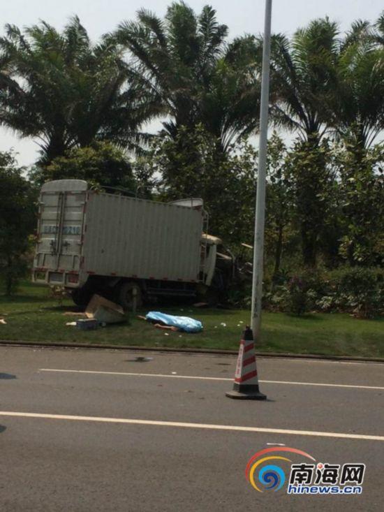 海口一大卡车爆胎失控 连撞两车造成2死3伤