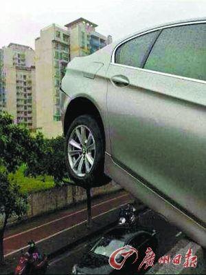 豪车出事故停于高架桥护栏 车后轮完全悬空(图)